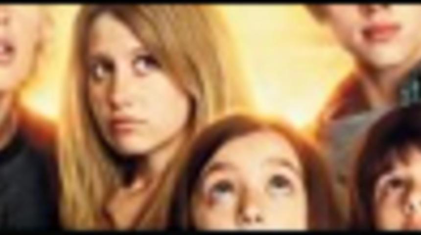 Affiche de la comédie familiale Aliens in the Attic