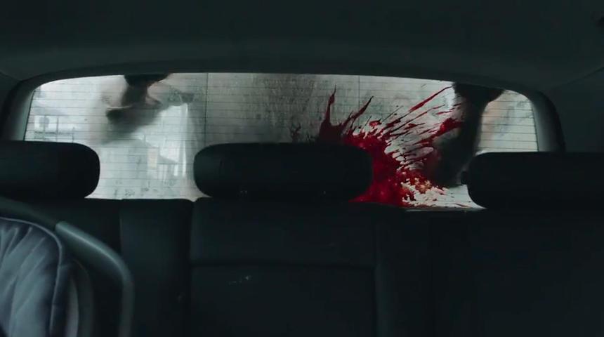 Brigitte Poupart tue des zombies à la machette dans ce sanglant extrait du film Les affamés